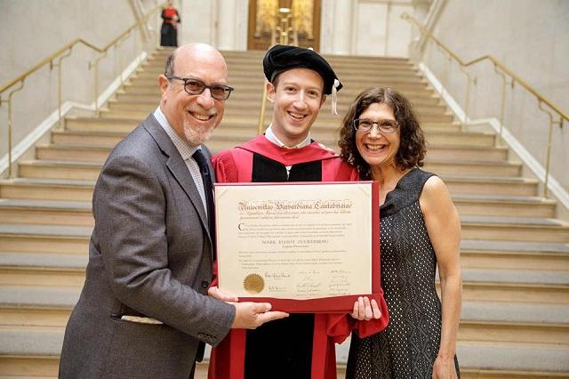 Mark Zuckerberg regresa y se titula de Harvard como lo prometió a su mamá