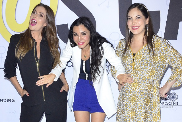 Martha Higareda besa pancita de su hermana y de Claudia Álvarez