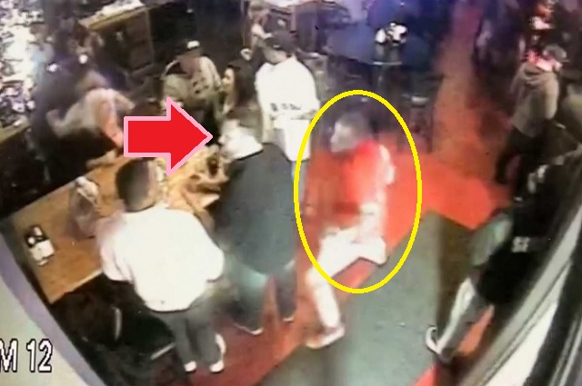Sujeto mata de un puñetazo a cliente de un bar; policía revela el video