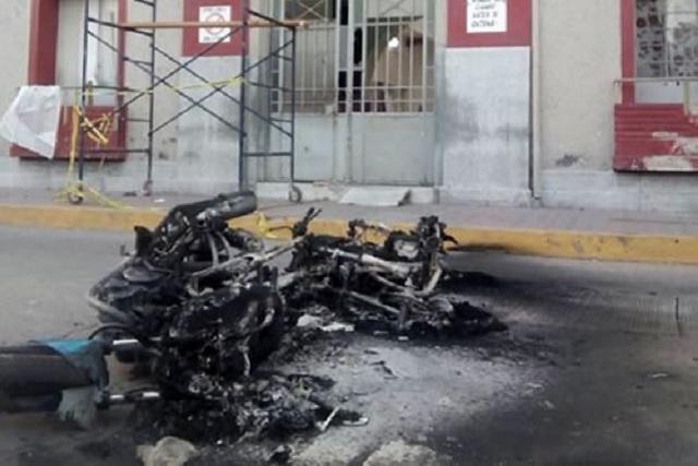 Policías matan en Hidalgo a huachicolero y sus cómplices destrozan alcaldía