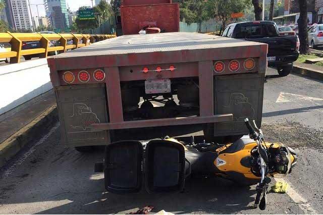 Tráiler arrolla motocicleta de Mauricio Clark y él reporta incidente en redes