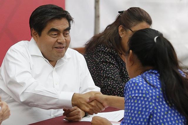 Ven a un gobernador que echa a la mano a los poblanos
