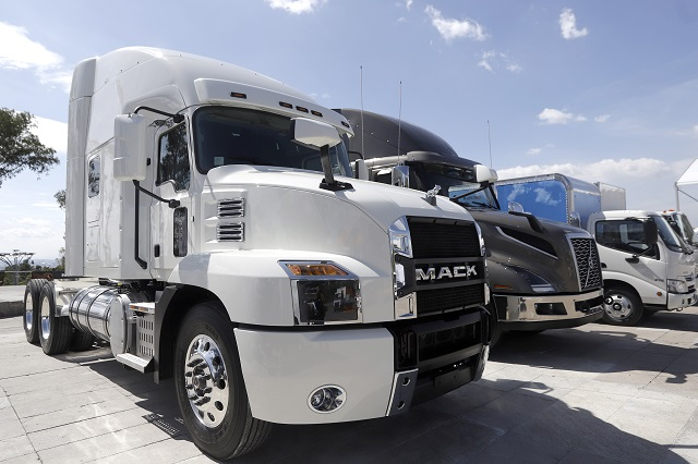Ofrecen 48 mil pesos a mecánicos de camiones mexicanos en Canadá