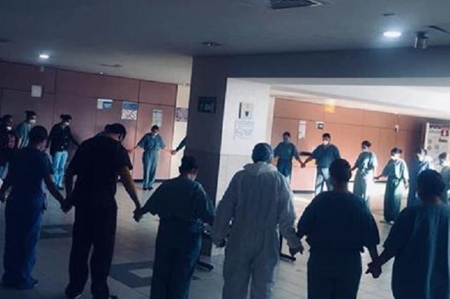 Conmueve en redes foto de médicos del IMSS rezando previo a atender pacientes Covid