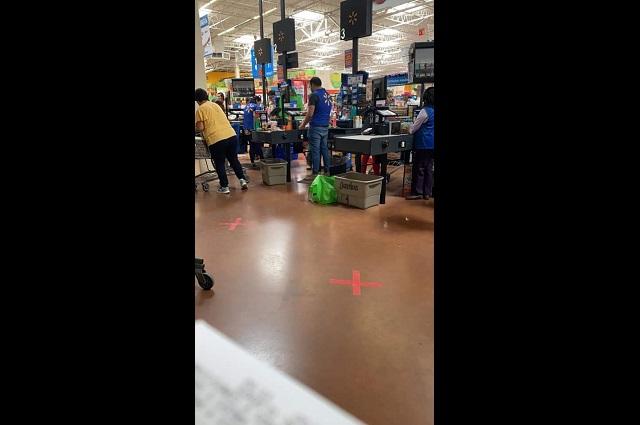 Empleados de Walmart en Tehuacán laboran sin protección