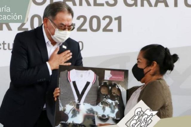 Gastan millones en uniformes y piden tabletas donadas, en Puebla