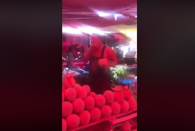 Video muestra a vendedor lamiendo melón y luego lo ofrece a clientes
