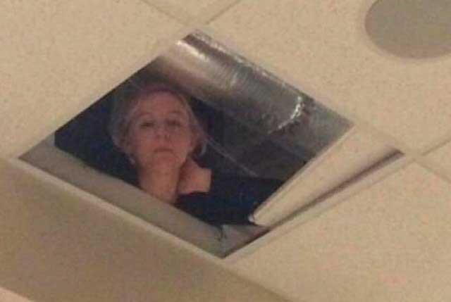 Memes de la escalofriante foto de la maestra que vigila a sus alumnos