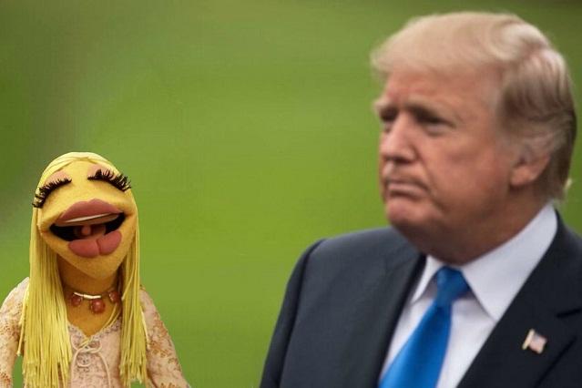 "Memes conspiran por video de ""falsa"" Melania junto a Donald Trump"