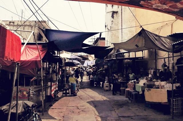 Puestos semifijos de calle Xicoténcatl en Acatlán cierran por CFE