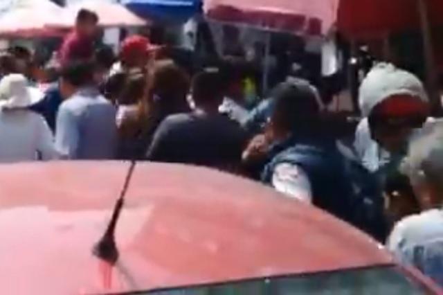 Exhiben mercado de mariscos en Puebla por no guardar sana distancia