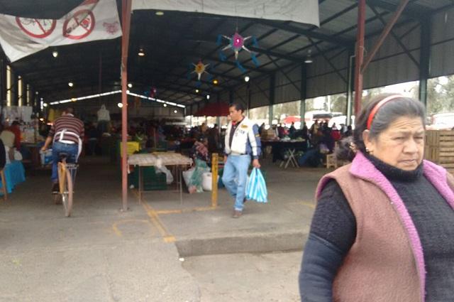 Policías desalojan a comerciantes del mercado en Huejotzingo