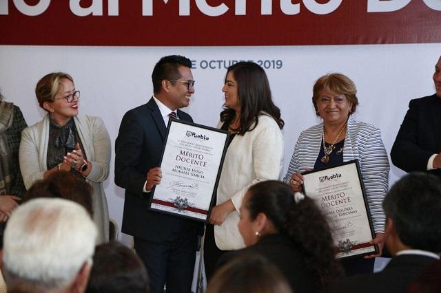 Reconocen a ganadores del Premio al Mérito Docente
