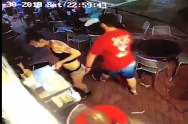 Hombre toca el trasero a una mesera y la reacción de ella es viral en YouTube