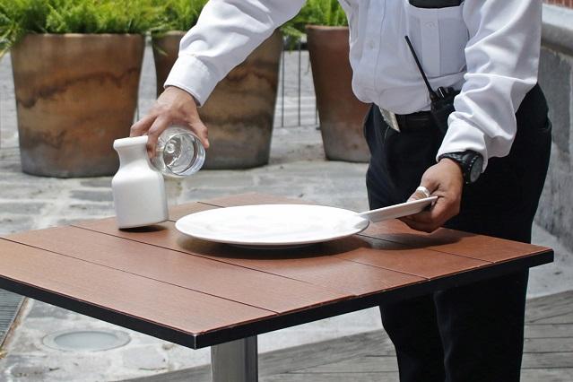 Cliente olvida 165 mil pesos en restaurante y mesero se los devuelve