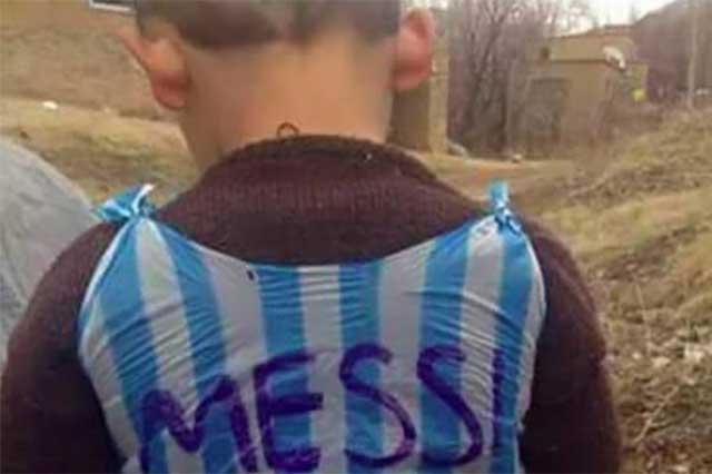 Niño que conquistó la web con su playera de plástico conocerá a Messi