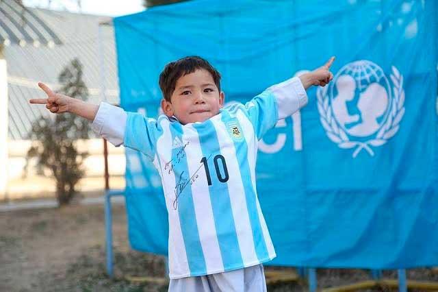 Niño afgano deja bolsa de plástico y ahora luce playera de Messi autografiada