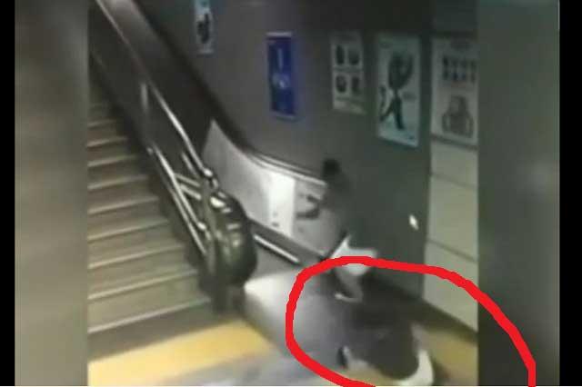 Video muestra cómo el suelo se abre y mujer cae en hoyo en metro de China