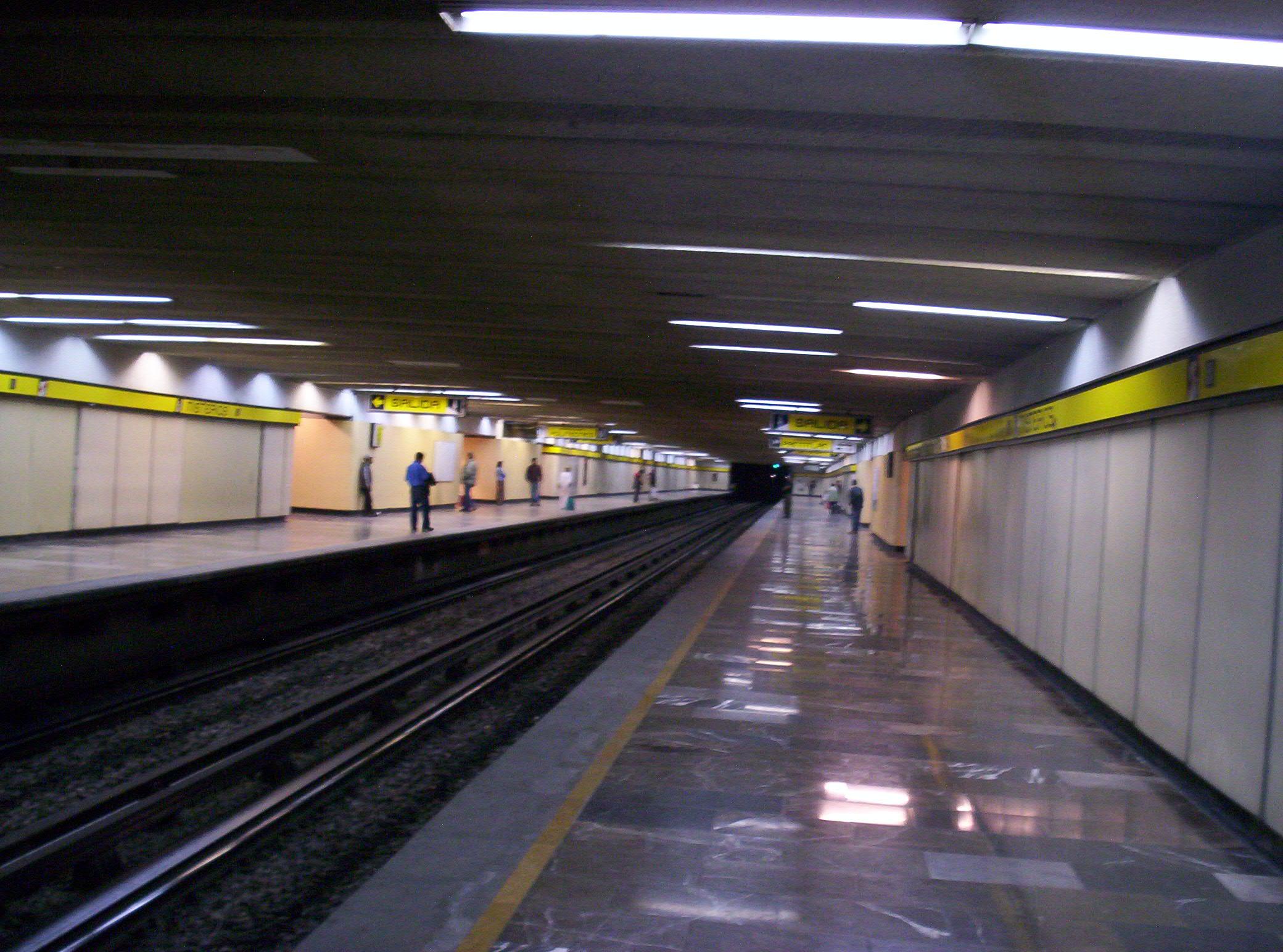 Muere anciano en el metro de la CDMX; pensaban que dormía