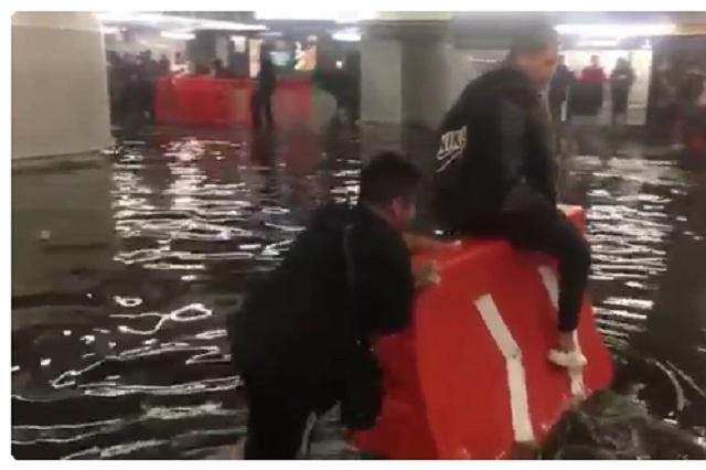 VIDEO VIRAL Se inunda estación del Metro y niño hace jugoso negocio