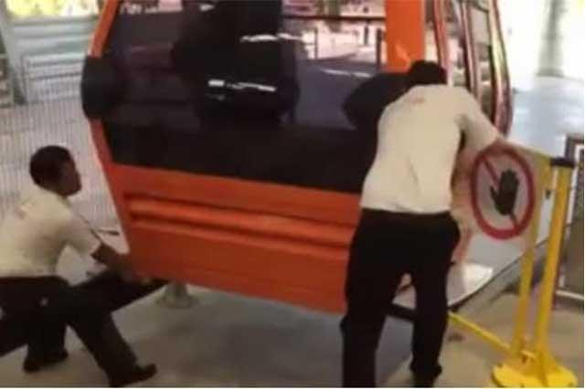 Graban a empleados que desatoran a jalones y patadas una cabina del Mexicable