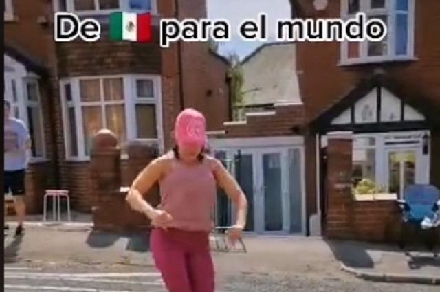 Mexicana puso a bailar a los ingleses 'La chona' en las calles
