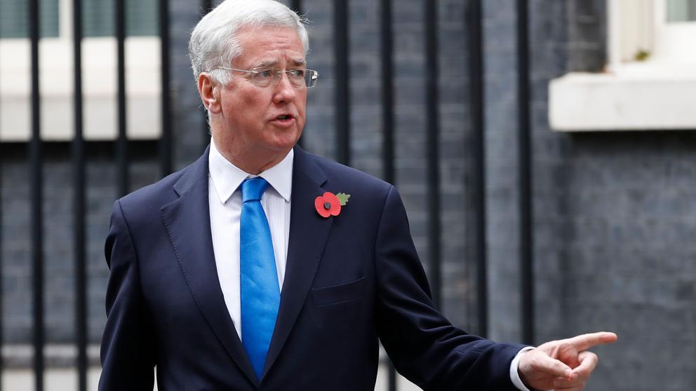 Renuncia ministro de Defensa británico por acusación de acoso sexual