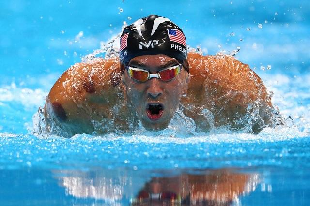 Michael Phelps reta a tres tiburones para ver quién es más veloz