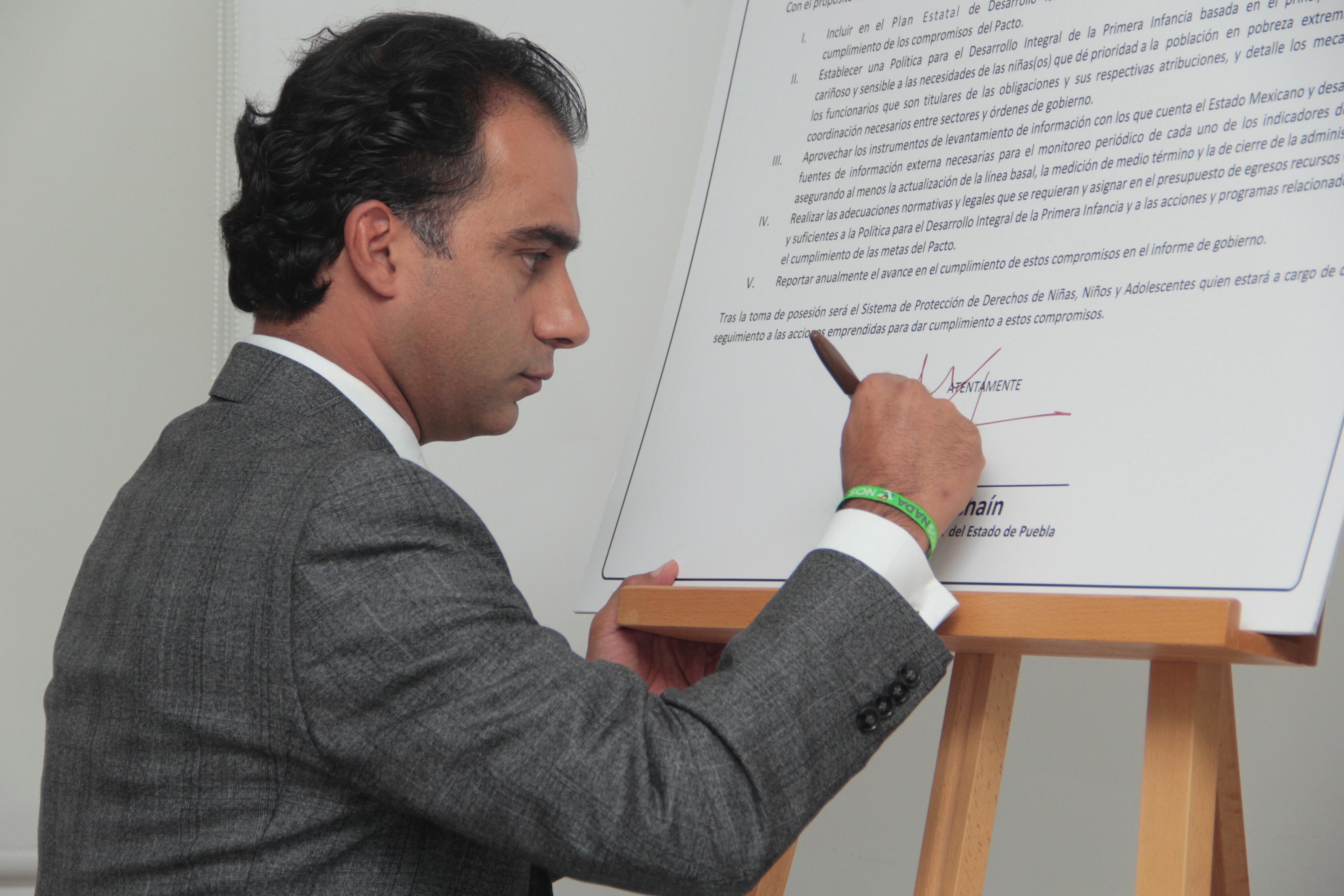 Michel Chaín firma pacto por la primera infancia con asociación