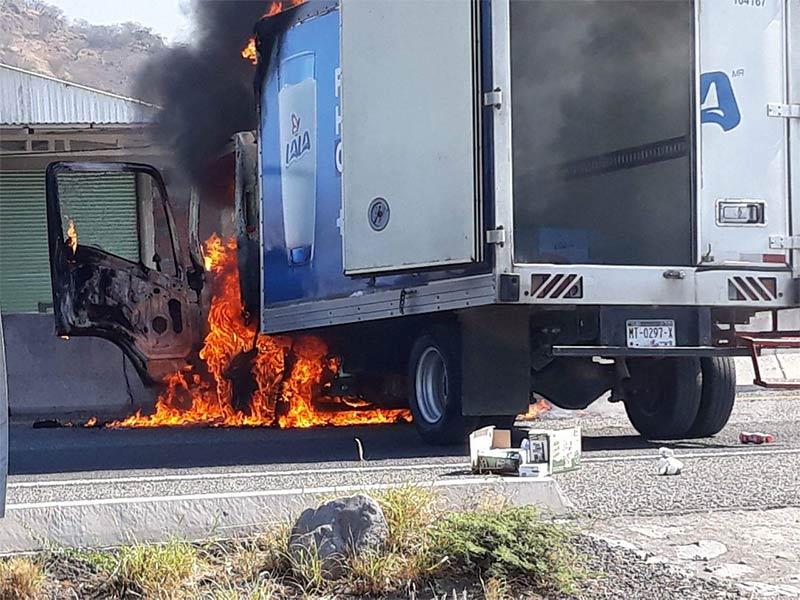 Sicarios incendian vehículos en Michoacán por captura de El Jordy