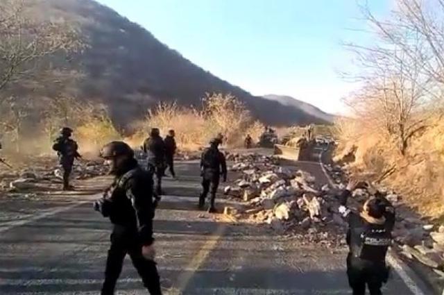 Civiles armados bloquean carretera en Michoacán