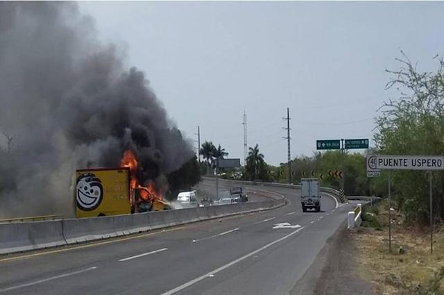 Bloquean carreteras y queman vehículos en Michoacán