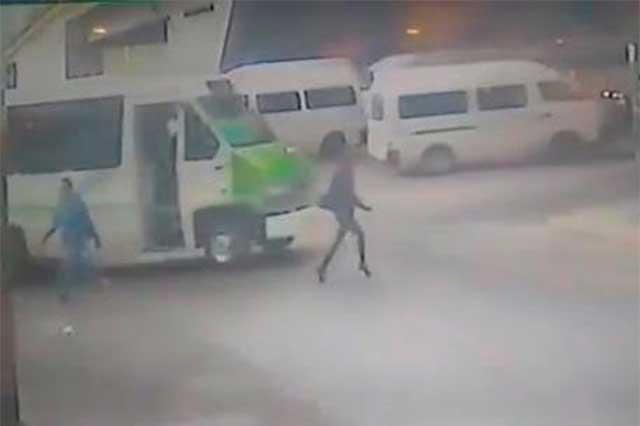 Difunden video de microbús que embiste a una mujer y se da la fuga