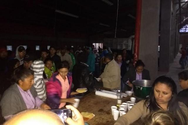 Rescatan a 102 migrantes de morir asfixiados en límites de Puebla