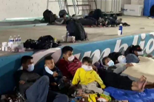 Aseguran camioneta con 50 migrantes en Tepanco de López