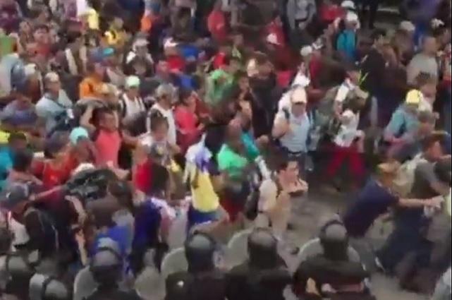 México reabre la frontera y entra el primer grupo de migrantes hondureños