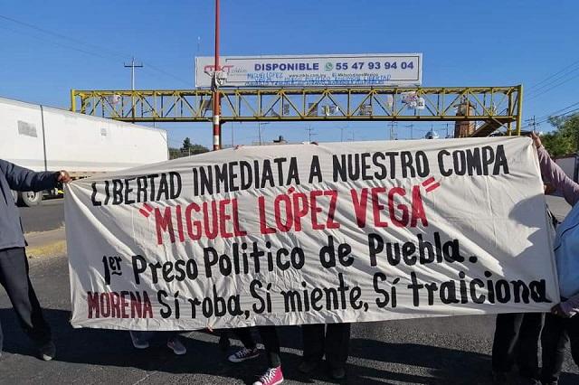 Otra vez, cierran la México-Puebla, exigen la liberación de Miguel Vega