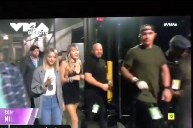 Captan a Miley Cyrus con Kaitlynn en los VMAs