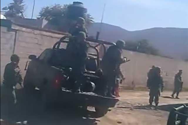Balconean en video a militares al ser expulsados en Palmarito
