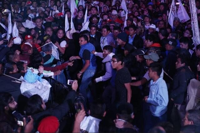 Jóvenes protagonizan zafarrancho durante mitin de AMLO en Pachuca