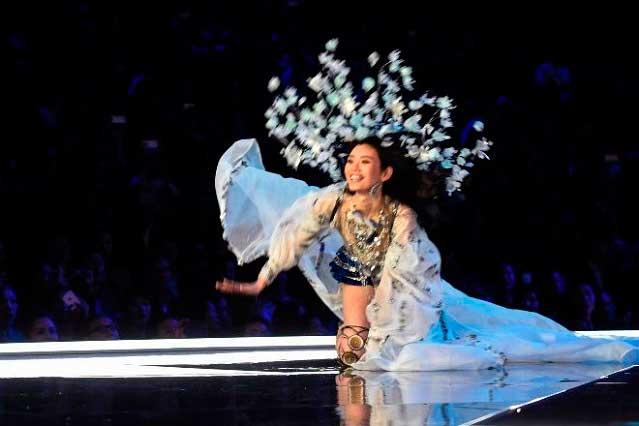 Ángel de Victoria's Secret sufre caída en pleno desfile en China