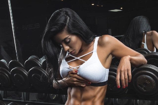 Modelo fitness Julie Pauline posa sensual en fotos