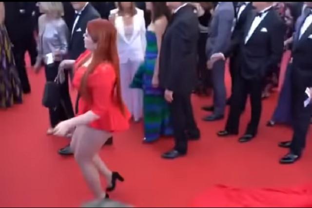 Pisan su vestido y la dejan en calzones en la alfombra roja de Cannes