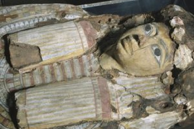 No es humana la momia con forma de niño hallada en Egipto, señalan expertos