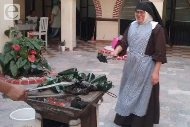 Madres clarisas venden chiles en nogada en Atlixco