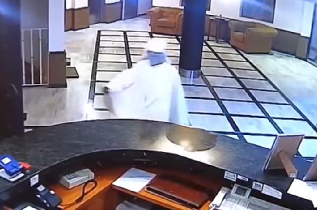 Hombre intenta asaltar hotel vestido de ¿La Monja?