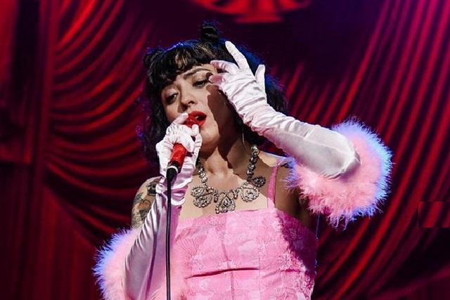 Mon Laferte se desespera en concierto y lanza grosería a fans