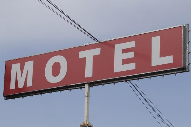 Señora pone GPS al auto de su esposo y lo atrapa con otra mujer en motel