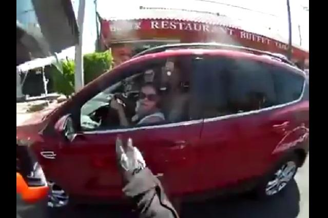 Pelea entre mujer y motociclista termina en accidente