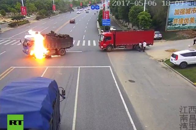 Un motociclista impactó a un camión y terminó envuelto en llamas